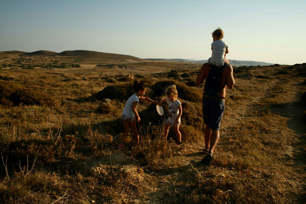 Porodica koja hoda po Zemlji i skuplja tuđ otpad